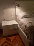 diseño de habitacion-detalle de lampara tolomeo blanca -mesilla de cajones lacada blanco- cama tapizada en polipiel-ossdiseño