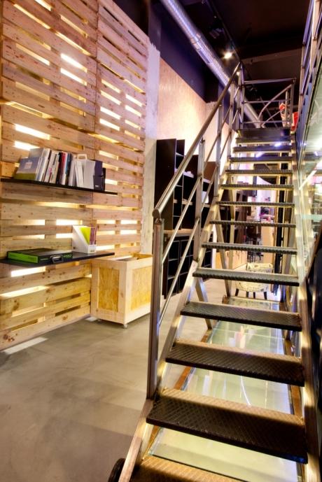 diseño e interiorismo-oscar santome-panelado palés reciclados con luz y escalera metalica-diseño showroom coruña