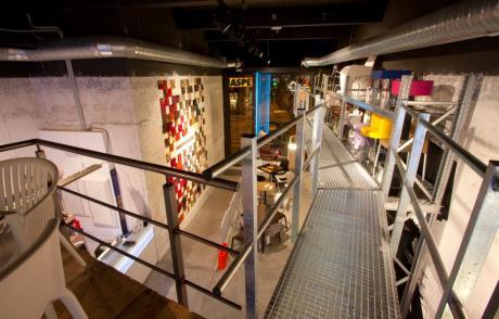 diseño e interiorismo-oscar santome-pasarela metalica y andamio expositor de sillas-diseño showroom coruña
