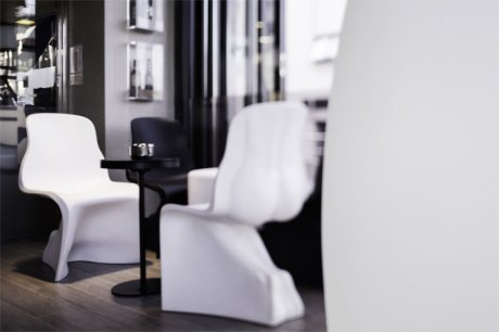 diseño e interiorismo coruña-oss diseño-oscar santome- gasthof la grela- terraza restaurante- proyecto decoracion-contract 06-detalle sillas y botellero